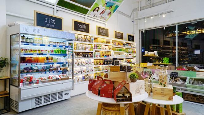 Thiết kế siêu thị với mỗi một khu vực trưng bày có màu sắc ánh sáng riêng