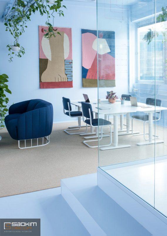 Thiết kế nội thất văn phòng sử dụng cửa kính ngăn không gian giữa các phòng