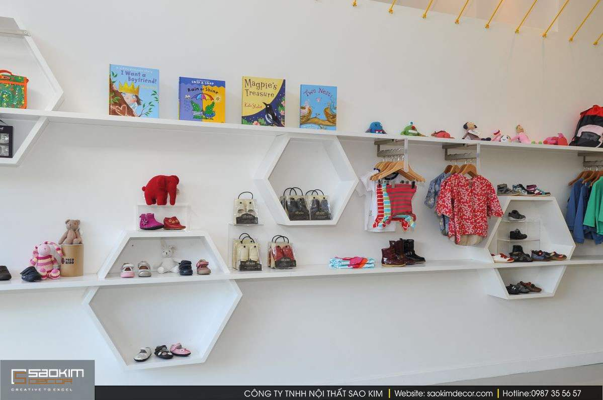Một mẫu thiết kế kệ hình tổ ong để trưng bày giày và phụ kiện.