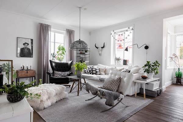 Phong cách thiết kế nội thất kiểu đồng quê với nhiều cây xanh giúp không gian căn nhà thoáng đãng hơn.