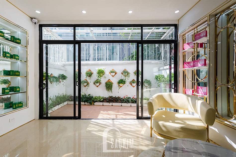 Sân vườn tươi xanh mang đến không gian thoải mái thư giãn cho showroom mỹ phẩm cao cấp Gana Beauty